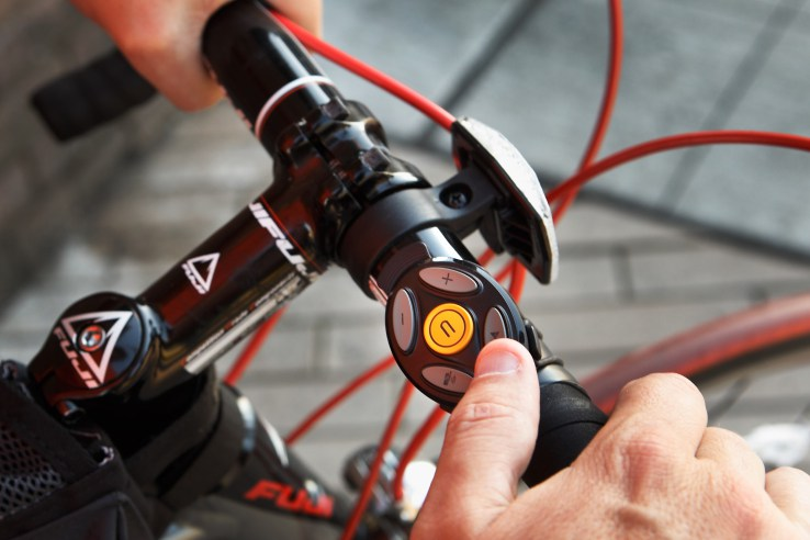 image-coros-smart-remote-and-bike-mount